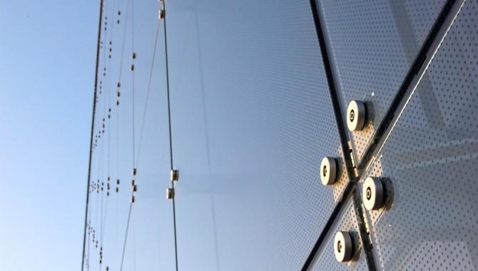 Как создаются стеклянные фасады зданий?